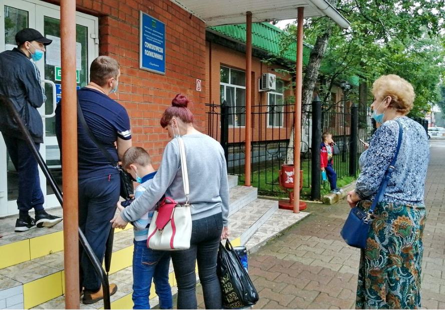 Стоять на улице в очереди к стоматологу приходится жителям Биробиджана. Коронавирус виноват?