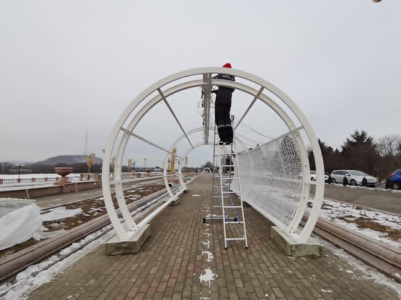 Светодиодные тоннели монтируют на набережной в Биробиджане