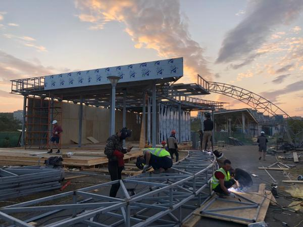 Огромную радугу монтируют для павильона ЕАО на одной из набережных Владивостока